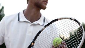 Gracza w tenisa narządzanie słuzyć piłkę na sądzie, sport rywalizacja, w górę obraz royalty free