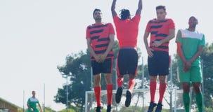 Gracze futbolu ćwiczy piłkę nożną w polu 4k zdjęcie wideo