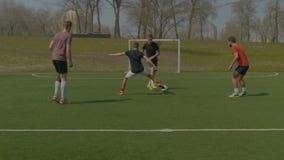 Gracze futbolu trenuje na boisko do piłki nożnej w wiośnie zdjęcie wideo