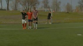 Gracze futbolu tworzy ścianę próbować blokować piłkę zdjęcie wideo