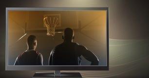 gracze koszykówki na telewizi Zdjęcie Royalty Free