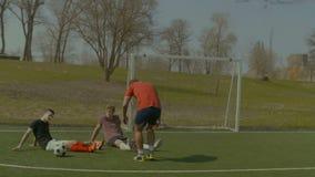 Gracze piłki nożnej odpoczywa na boisku piłkarskim po gry zdjęcie wideo