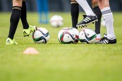 Gracze piłki nożnej podczas traing Obrazy Royalty Free