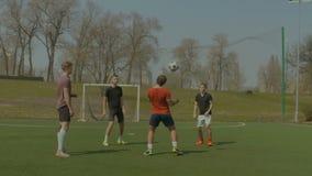 Gracze piłki nożnej trenuje futbol w smole zdjęcie wideo