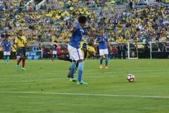 Gracze piłki nożnej walczy dla piłki podczas Copa Ameryka Centena Obrazy Stock