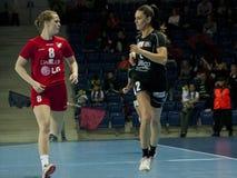 Gracze w akci przy handball dopasowaniem obrazy royalty free