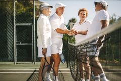 Gracze w tenisa wita each inny po dopasowania obraz royalty free