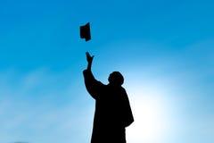 Gradúa el sombrero que lanza el día de graduación, silueta Imagen de archivo libre de regalías