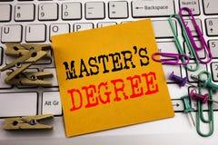Grad för förlage s för handstiltextvisning Affärsidé för akademisk utbildning som är skriftlig på klibbigt anmärkningspapper på d arkivfoto