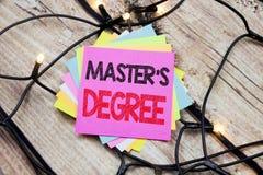 Grad för förlage s för visning för handskriftmeddelandetext Affärsidé för akademisk utbildning som är skriftlig på klibbig anmärk royaltyfri bild