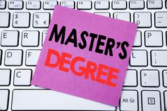 Grad för förlage s för visning för handskriftmeddelandetext Affärsidé för akademisk utbildning som är skriftlig på klibbigt anmär royaltyfria bilder