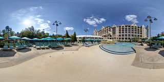 360-Grad-Hotel und Swimmingpool lizenzfreies stockfoto
