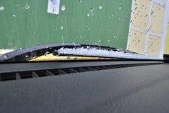 Grad na przedniej szybie samochód fotografia stock