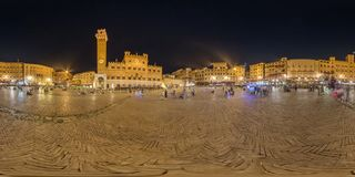 360 grad panorama av fyrkanten för `-Piazza del Campo ` i Siena på natten Arkivfoton