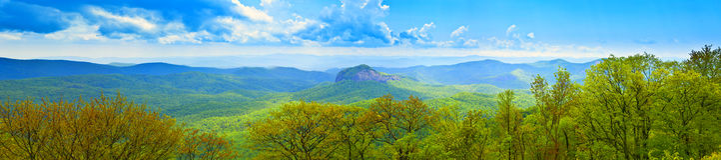 180 Grad panoramisch von den großen rauchigen Bergen Stockbild