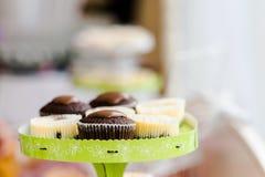 Grada de la torta con las magdalenas Foto de archivo libre de regalías