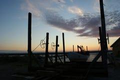 Grada para los barcos en puesta del sol imagen de archivo libre de regalías