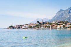 Gradac, Dalmatien, Kroatien - entspannend im Mittelmeer bei Gradac lizenzfreie stockfotografie