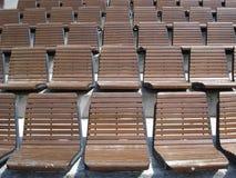 Gradas de sillas de madera en arena al aire libre Imagen de archivo