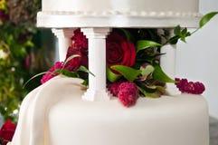Gradas en la torta de boda con las flores Foto de archivo libre de regalías