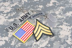 Gradbeteckning för kommandosoldat för USA-ARMÉ på kamouflagelikformign royaltyfria bilder