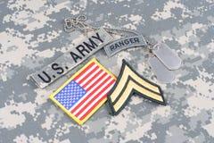 Gradbeteckning för kommandosoldat för USA-ARMÉ på kamouflagelikformign arkivbild