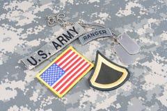 Gradbeteckning för kommandosoldat för USA-ARMÉ på kamouflagelikformign fotografering för bildbyråer