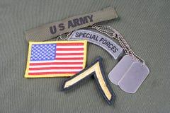 Gradbeteckning för specialförband för USA-ARMÉ på likformign för olivgrön gräsplan arkivfoto