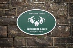 Gradbeteckning för Yorkshire dalnationalpark på stenväggen - bucklastationen, Cumbria, UK - 10th November 2017 royaltyfria foton