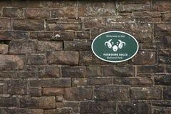 Gradbeteckning f?r Yorkshire dalnationalpark p? stenv?ggen - bucklastationen, Cumbria, UK - 10th November 2017 royaltyfria foton