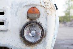 Grade antiga do caminhão e farol quebrado fotografia de stock