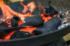 Grade ardente do carvão vegetal imagens de stock