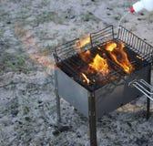 Grade ardente no soldador com carvões quentes é uma grade os carvões são molhados com um líquido especial para a combustão forte imagem de stock royalty free