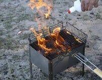 Grade ardente no soldador com carvões quentes é uma grade os carvões são molhados com um líquido especial para a combustão forte fotografia de stock royalty free