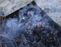 Grade ardente no soldador com carvões quentes é uma grade queimaduras pretas e arder sem chama do carvão vegetal fotos de stock royalty free