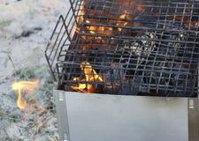 Grade ardente no soldador com carvões quentes é uma grade queimaduras pretas e arder sem chama do carvão vegetal fotografia de stock royalty free