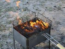 Grade ardente no soldador com carvões quentes é uma grade queimaduras pretas e arder sem chama do carvão vegetal imagem de stock