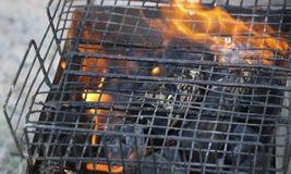 Grade ardente no soldador com carvões quentes é uma grade queimaduras pretas e arder sem chama do carvão vegetal fotos de stock