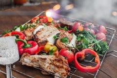 Grade com carne, queijo e os vegetais prontos em uma tabela de madeira fotografia de stock royalty free
