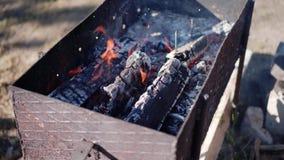 Grade com carv?es quentes Fumo de um fogo Fim acima filme