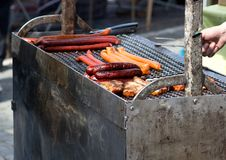 Grade com salsichas e peixes Foto de Stock