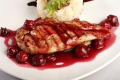 Grade da galinha com molho do arroz e da cereja Fotografia de Stock Royalty Free