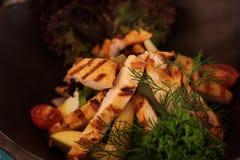 Grade da galinha em uma bacia de salada com azeite imagens de stock