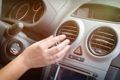 Grade de ajustamento da ventilação do ar da mão do motorista Foto de Stock Royalty Free
