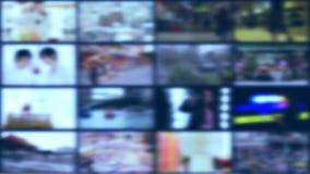 Grade de telas defocused para o fundo do grupo, sala de notícias da tevê filme