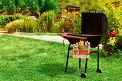 A grade do BBQ e BEM-VINDOS assinam dentro o quintal Imagens de Stock