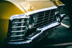 Grade e amortecedor dianteiros amarelos Imagem de Stock Royalty Free