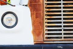 Grade e farol do ônibus branco oxidado velho Fotos de Stock