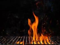Grade flamejante vazia do carvão vegetal com fogo aberto fotografia de stock
