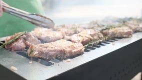 Grade, fritando a carne fresca, assado da galinha, BBQ, assado O cozinheiro chefe exterior ensolarado do close up gerencie a carn filme